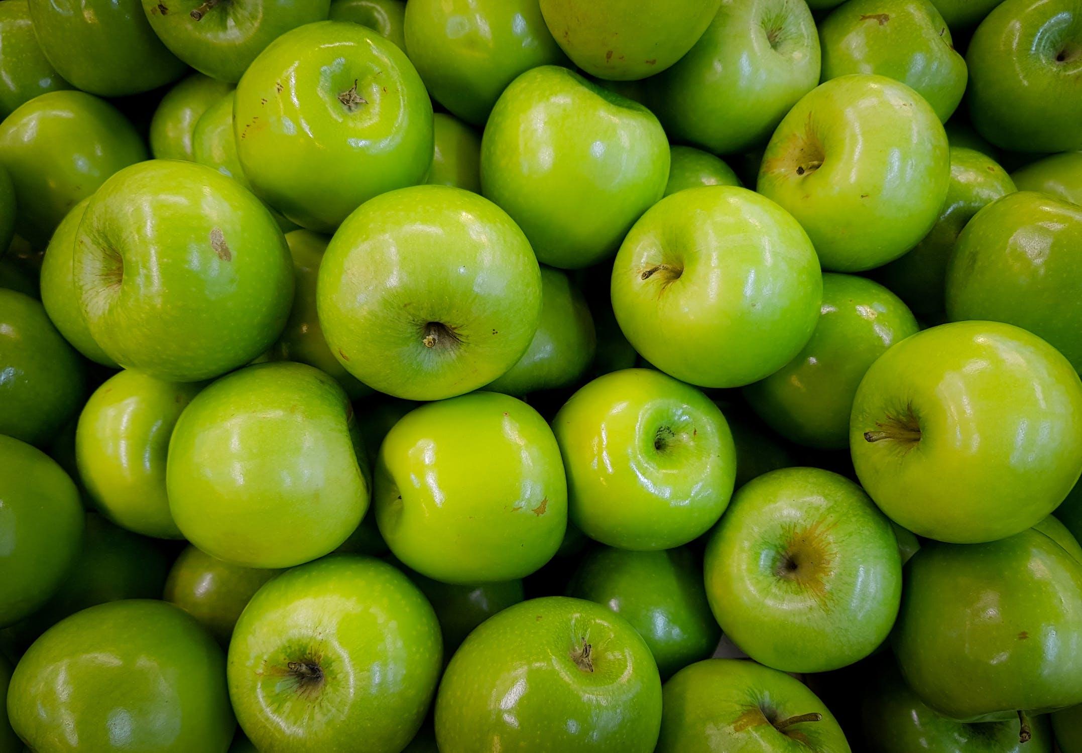 بالصور اكل التفاح الاخضر في المنام , معني تناول التفاح الاخضر في الحلم