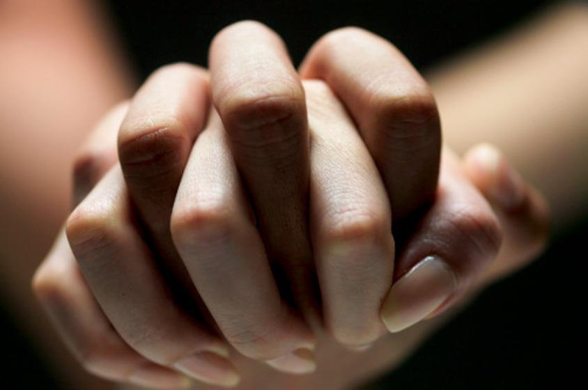 صورة تفسير حلم مسك اليد بقوه , تعرف على تفسير حلم مسك اليد بقوه شديدا في المنام