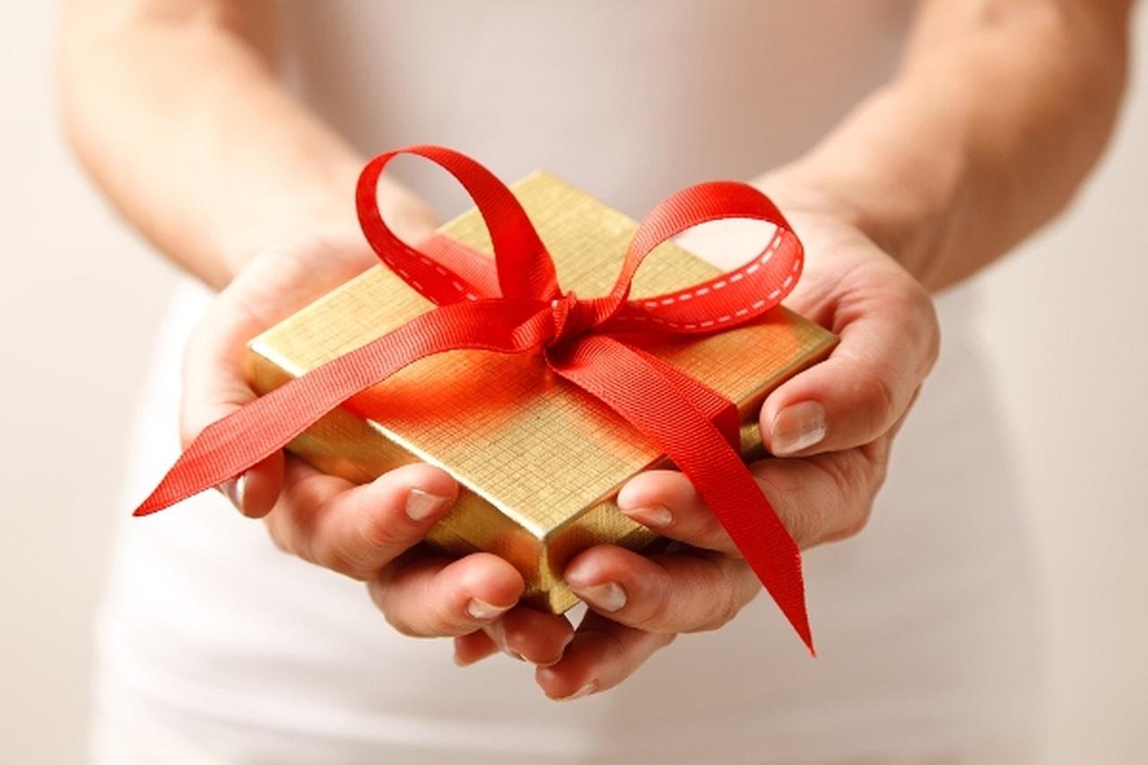 صور اجمل الهدايا للاصدقاء , هدية من كل قلبي لصديقي