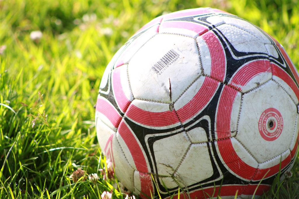 صورة موضوع تعبير عن كرة القدم , يلتف العالم امام الشاشات لمتابعة كرة القدم