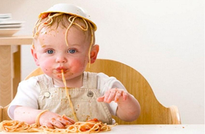 صورة صوره طفل ياكل , في الاكل مافيش ياما ارحميني