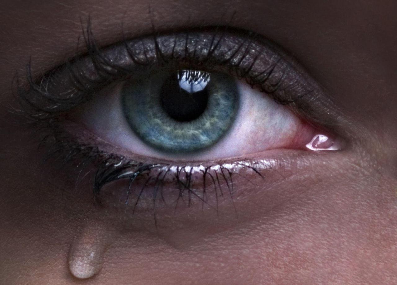 صورة صور عيون باكية , دموعك دي غالية عليا
